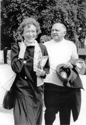 """Père Joseph met Alwine de Vos van Steenwijk, een van de eerste volontairs, in Genève (1985) bij de IAO (Internationale Arbeidsorganisatie) Samen met delegatie van 100 jongeren uit de hele wereld. """"Ga op sjouw en bouw, in iedere jongere zit toekomst"""""""