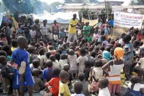 Een team aan het werk tijdens een straatbibliotheek in een vluchtenlingenkamp in Bangui (CFA)