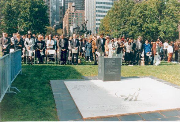 Met een grote delegatie onthulden wij in 1996 bij de VN in New York een monument ter herdenking van de slachtoffers van het geweld van armoede
